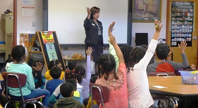 EDUCACIÓN. Foto de archivo que muestra a la concejal Nancy Navarro en una escuela elemental de Montgomery, Maryland.