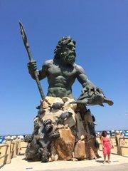 La estatua del dios Neptuno, protector de las aguas y los mares, embellece el extenso malecón de Virginia Beach.