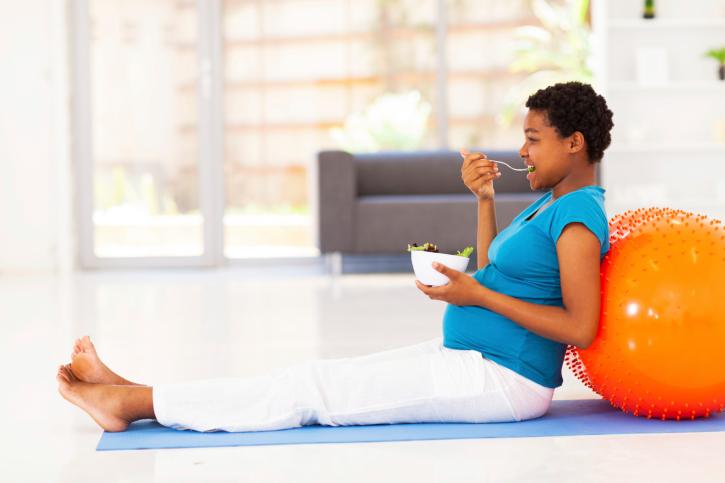 Snack saludable en el bolso: puede darte hambre en cualquier momento, por eso siempre intento llevar una colación en el bolso ya sea una barrita energética, fruta o frutos secos que sacien el hambre hasta la hora de la comida.