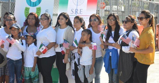 Madres familia acompañadas con estudiantes de escuelas locales. Foto: Horacio Rentería / El Latino San Diego