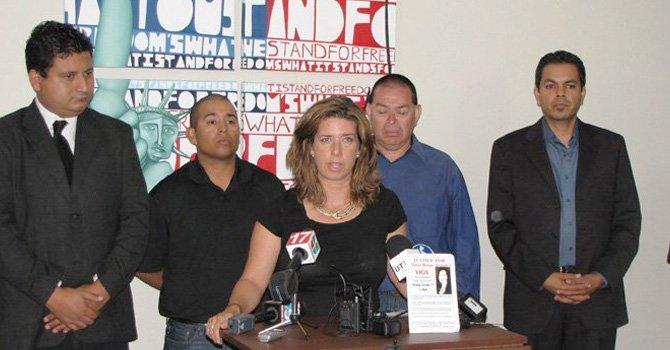 El padre de Valerie, Valentín, (de camisa azul), con evidente tristeza expresada durante una conferencia de prensa.
