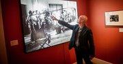 """Gabriel Figueroa Flores señala a su padre, el cineasta Gabriel Figueroa Mateos, en una foto del set de la película """"Allá en el Rancho Grande"""" (1936), durante la exhibición homenaje a Figueroa Mateos en el Instituto Cultural de México, el 8 de septiembre, en Washington, DC."""