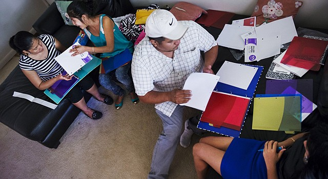 Mircy Rac Roque, left, her mother, Silvia, middle, father, Angel, middle, and sister, Marlen, right, get ready for school in Northern Virginia. FOTO: Amanda Voisard/For the Washington Post