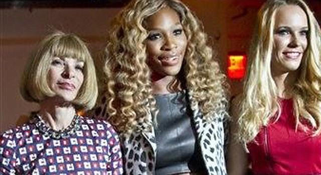 La campeona del U.S. Open Serena Williams, en el centro, posa con la editora de Vogue Anna Wintour, a la derecha, y la finalista del U.S. Open Caroline Wozniacki antes de presentar su colección primavera 2015 en la Semana de la Moda de Nueva York, el martes 9 de septiembre del 2014. (AP Foto/Bebeto Matthews)
