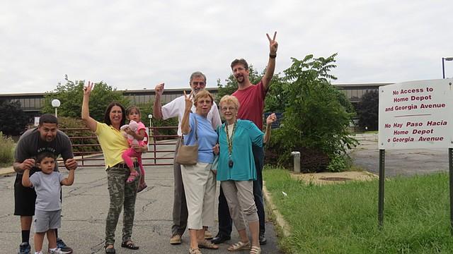Los vecinos de Aspen Hill, en MD, posan para una foto frente a la propiedad que sigue vacante.