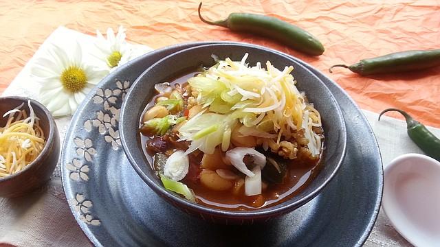 Este chili vegetariano es muy rico y entre más lo dejas que se cocine, mejor sabe.
