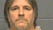 Joseph B. Hennessey, de 53 años, de Salem, Nueva Hampshire, fue detenido en Arlington, y acusado de alterar el orden público y grabar en video a una persona desnuda desprevenido.