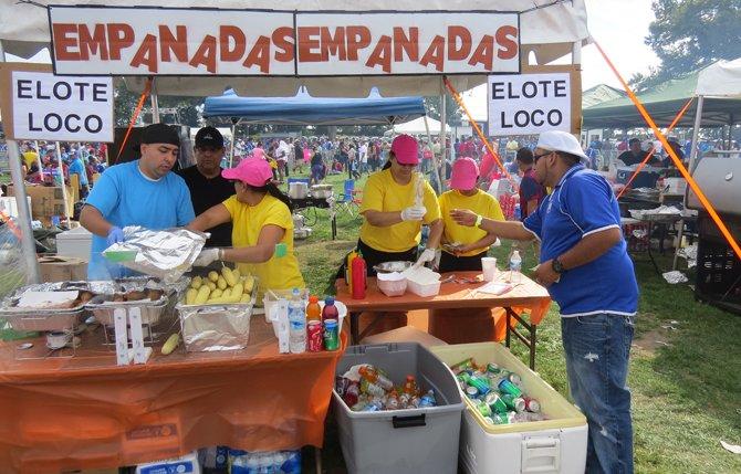Un de los muchos quioscos de comida en el festival salvadoreñísimo el domingo 13 de septiembre en Maryland.