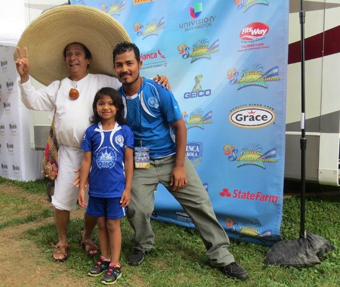 El personaje Cipitío y el salvadoreño  Jaime Antonio Hernández, acompañado de su hija, en festival el domingo 14 de septiembre en el Fairgrounds en condado de Montgomery, MD.