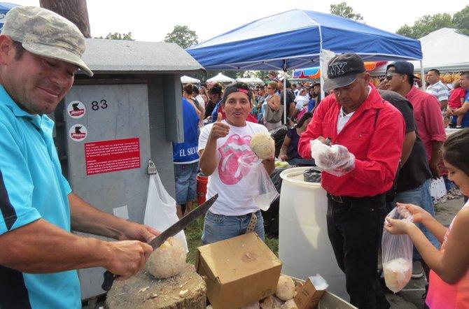 Un vendedor de cocos en en el festival Salvadoreñísimo en Gaithersburg, Maryland, el domingo 14 de septiembre.