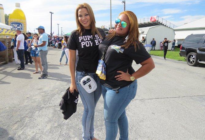 Las jóvenes Carla (izq.) y Victoria promueven el poder salvadoreño en el festival del domingo 14 de septiembre.