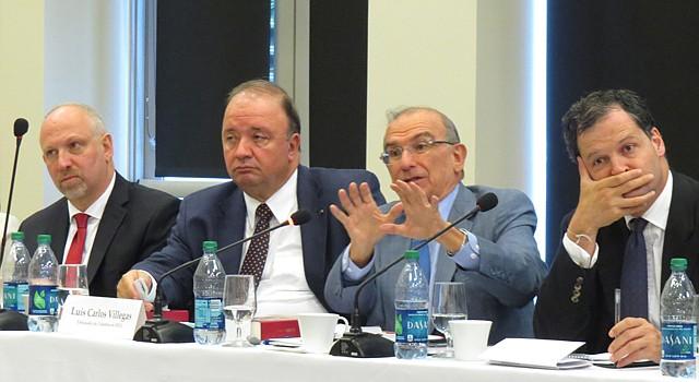 Panelistas exponen sus puntos de vista sobre el conflicto colombiano durante un seminario en Miami el 17 de septiembre de 2014.