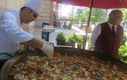 El chef Javier Romero durante el Festival anual de la Paella, a las puertas del restaurante Taberna del Alabardero en Washington, DC. Cada verano, el restaurante saca la paella a la calle para su degustación.