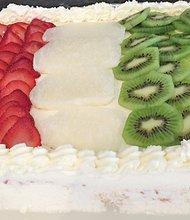 Para la celebración del mes de la herencia hispana, puede adornar el pastel con fresas, kiwi y coco rayado y representar la bandera de México en su receta.