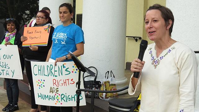 Alicia Wilson, directora de la Clínica del Pueblo, durante una vigilia por los niños migrantes.