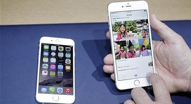 El iPhone 6, a la izquierda, y el iPhone 6 Plus son exhibidos uno cerca del otro durante la presentación de ambos aparatos en Cupertino, California, el 9 de septiembre de 2014. Los dos teléfonos superan en prueba de durabilidad al principal aparato de Android, según la firma especializada SquareTrade. (AP Foto/Marcio José Sánchez)