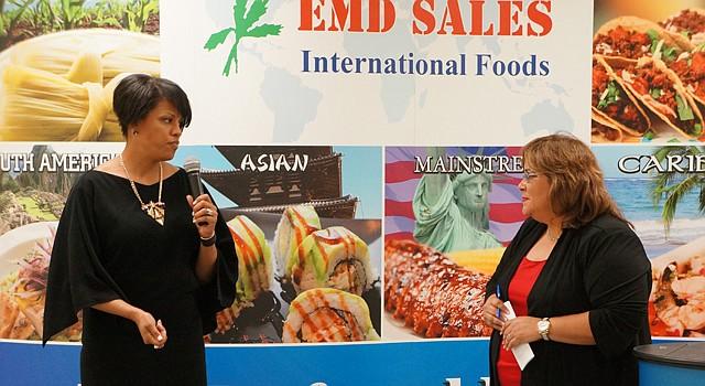 Stephanie Rawlings-Blake (izq.) alcaldesa de Baltimore, MD, habla junto a Elda Devarie,  presidenta y CEO de EMD Sales. La alcaldesa Rawlings-Blake visitó la empresa propiedad de una latina como una manera de celebrar el Mes de la Herencia Hispana.