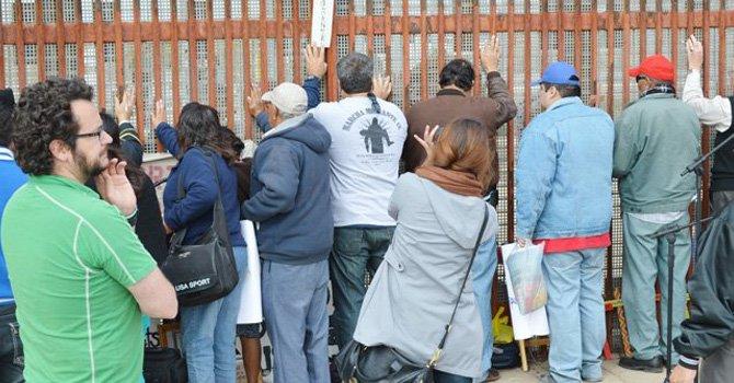 Familiares de inmigrantes en el muro fronterizo Tijuana-San Diego.