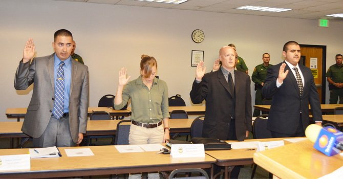 Los nuevos agentes fronterizos rinden el juramento.
