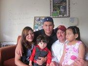 RECIÉN LLEGADO. Brandon con su mamá Trinididad Ramírez, papá Julio Terriquez y hermanitos Chally y Aury, en junio cuando empezó a conocerlos.