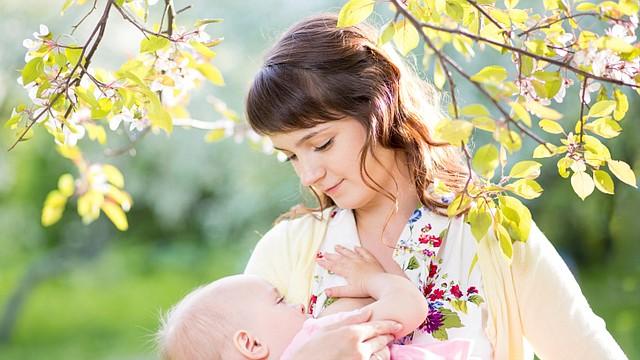 Lo cierto es que darle de comer a tu bebé no puede esperar; la naturaleza no espera. Esto es de poner en una balanza lo que es prioridad.