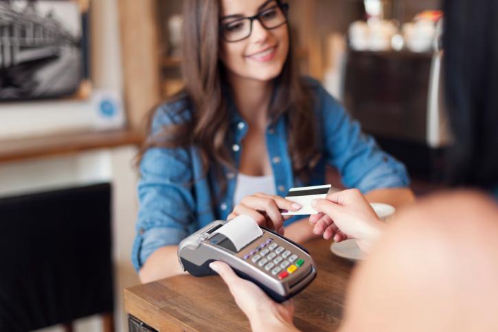 En lo posible, sólo utiliza tu tarjeta de débito para pagar por cantidades pequeñas y no para compras de mayor valor. Nunca le des tu número de tarjeta de débito a nadie por teléfono o por correo electrónico.