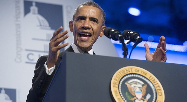 El presidente Barack Obama habla durante la Gala del Congresional Hispanic Caucus Intitute, la noche de 2 de octubre, en Washington, DC. Dijo que hará algo sobre la reforma migratoria entre las elecciones de noviembre y antes del final del año.