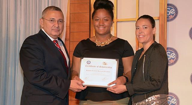 Eunise Gerónimo (centro) recibe su beca de manos de Nelson Ayala presidente del Caucus Salvadoreño Empresarial y de Roxana Olivas de la Oficina del Alcalde de DC para Asuntos Latinos —OLA—.