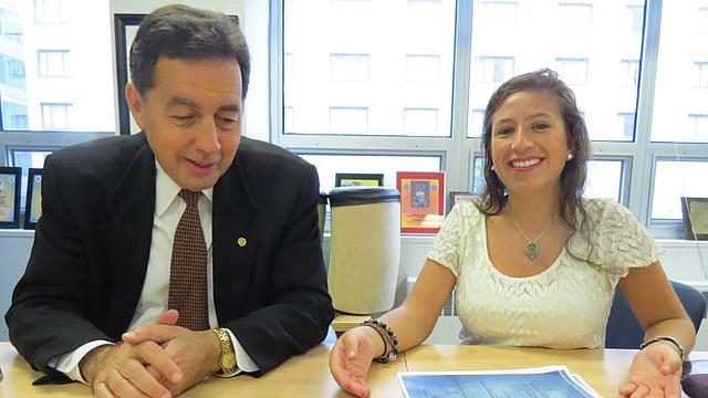 La joven Adriana Calderón y el asesor John Dickson, impulsores de una cumbre juvenil en Paraguay.