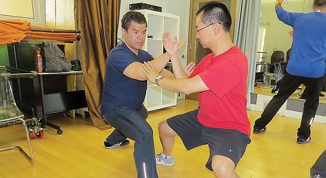 DISCIPLINA. El instructor Berwick practica con su asistente Henry Hsiang durante una sesión en Arlington, VA.