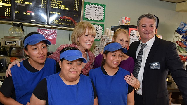 Martha Coakley junto a Roy Avellaneda y un grupo de empleadas de Tito's Bakery