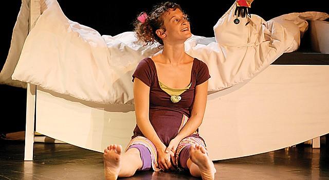 """Teatro para niños MONS dansa, la compañía de teatro de Barcelona, España, presenta la obra """"Minimón"""", como parte del Kids Euro Festival. La obra trata de una niña llamada Lua, quien descubre el mundo de imaginación que los niños crean al jugar. Es una pieza interactiva especial para niños entre 1 y 6 años. Función gratis: sábado 25 de octubre a las 10am y 12pm en Imagination Stage, 4908 Auburn Ave, Bethesda, MD. Información 301-280-1660."""
