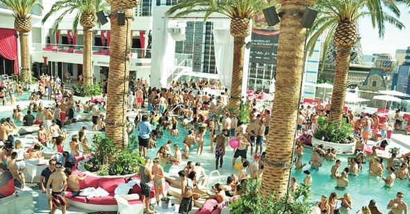 Una alternativa que se ha vuelto muy popular cuando sale el sol son los clubes de piscinas, como el Drai's Beach Club sobre el último piso de The Cromwell.