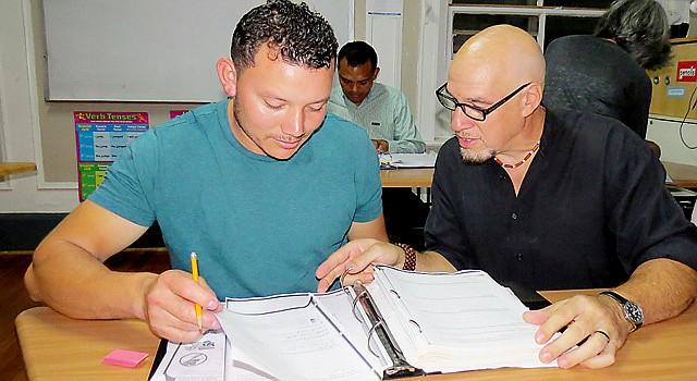 DIRECTOR. El uruguayo Tony Brun ayuda a uno de los estudiantes.