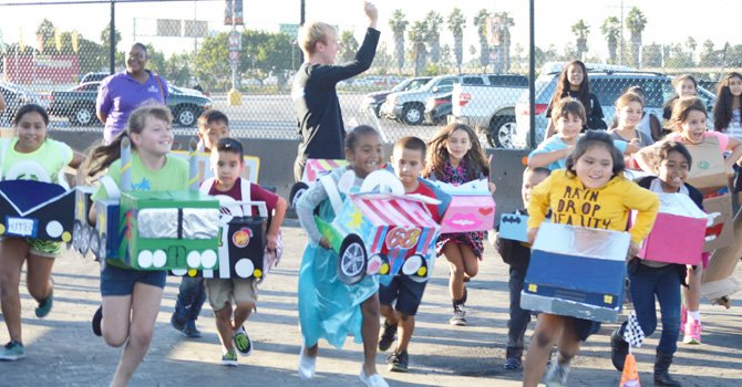 Niños participantes del programa Boys & Girls Club en San Diego participaron en una carrerea por la Copa Piston antes del show Disney sobre Hielo el 2 de octubre.  Fotos: Ernesto López / El Latino San Diego