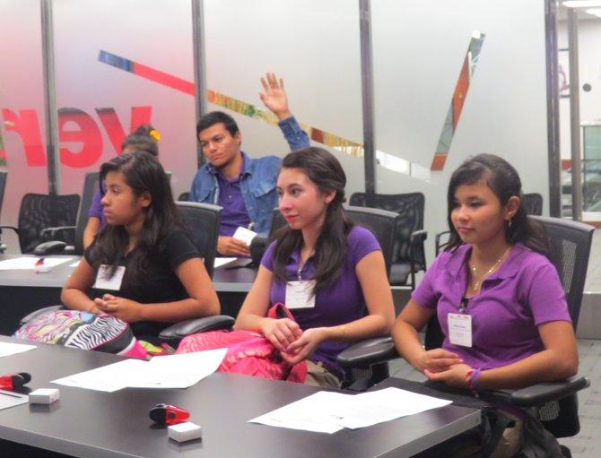 Estudiantes de la escuela Francis L. Cardozo participaron en un seminario interactivo auspiciado por la empresa Verizon