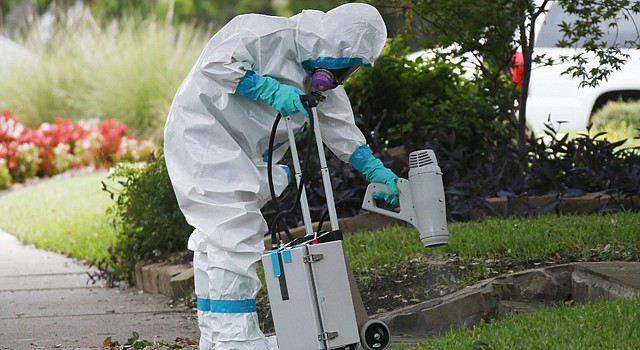 DESINFECCIÓN. El domingo, 12 de octubre, en el exterior del apartamento de la enfermera ingresada por ébola en un hospital de Texas.