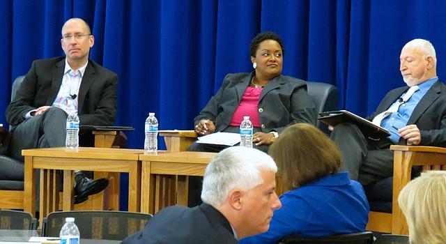 De izquierda a derecha Dr. Joshua Starr Superintendente de las Escuelas Públicas del Condado de Montgomery; Dr. DeRionne Pollard, Presidenta de Montgomery College, Dr. Stewart Edelstein, Vice-Rector de Asuntos Académicos de las Universidades de Shady Grove (Universidad de Maryland).
