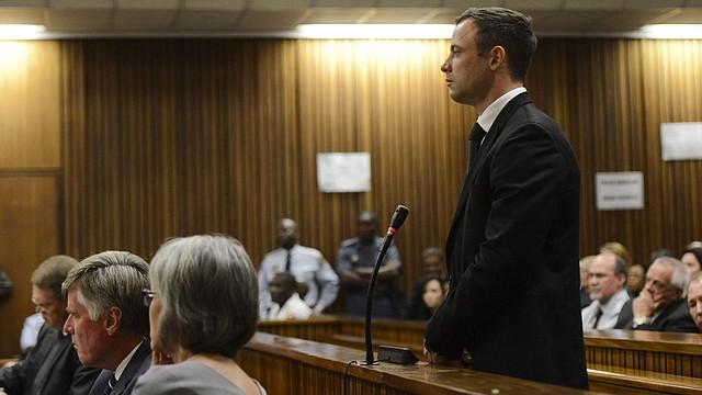 El atleta paralímpico sudafricano Oscar Pistorius escucha la sentencia leída por la jueza Thokozile Masipa en el Tribunal Superior de Pretoria (Sudáfrica) hoy martes, 21 de octubre de 2014. Pistorius fue condenado este martes a cinco años de prisión por matar a su novia, la modelo Reeva Steenkamp.