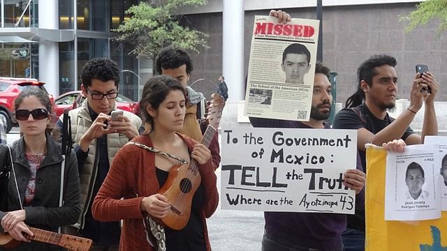 ACCIÓN. Activistas se concentraron frente a la Embajada de México en Washington.