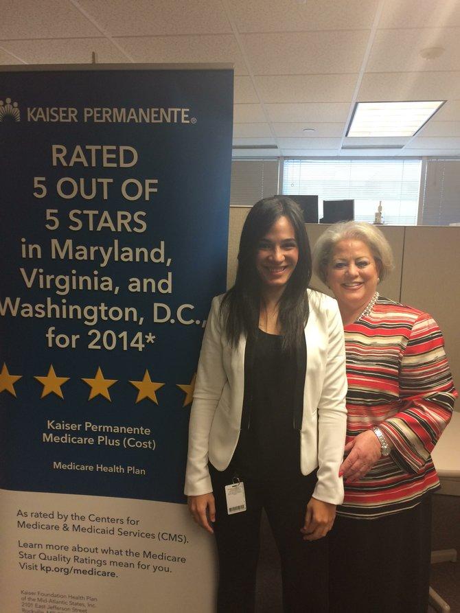 Ana García (izq.) y Jerri Steinkraus, directora de ventas de Medicare en Kaiser Permanente, el martes 21 de octubre.