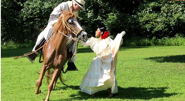 """ELEGANCIA. Eric Morán monta a """"Tita"""", la yegua peruana de paso, que danza una marinera con Ericka Morán, en el Rancho El Chalán de Warrenton, VA."""