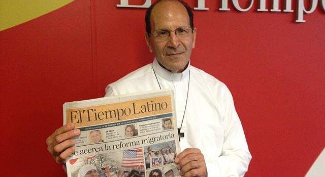 El padre Solalinde en la oficina de El Tiempo Latino en abril de 2013.