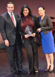 Syddia Lee-Chee Murillo entre el alcalde de Washington, DC, Vincent Gray, y la directora del alcalde de DC para Asuntos Latinos, Roxana Cazares.