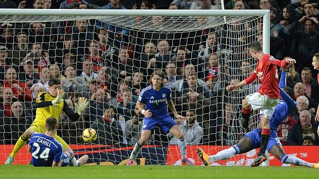 Robin Van Persie (2do. der.) del Manchester United anota el gol para empatar al Chelsea en partido de la Liga premier jugado el domingo 26 de octubre en Old Trafford stadium en Manchester, Gran Bretaña.