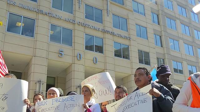 Activistas pro-inmigrantes protestaron el jueves 30 de octubre frente al Servicio de Inmigración y Aduanas (ICE), en DC.