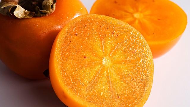 Tan dulces como las peras, pero tan versátiles e incluso mejores para el organismo que las manzanas, los caquis son una gran fuente de vitamina A y ayudan a la visión promoviendo dientes y huesos fuertes.