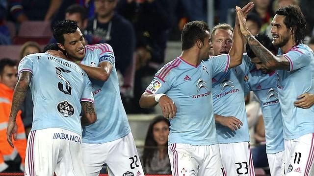 El delantero argentino del Celta de Vigo Joaquín Larrivey (d) celebra su gol, primero del partido, con sus compañeros, durante el encuentro de la décima jornada de Liga en Primera División que FC Barcelona y Celta de Vigo disputaron el 1 de noviembre de 2014 en el Camp Nou, en Barcelona.