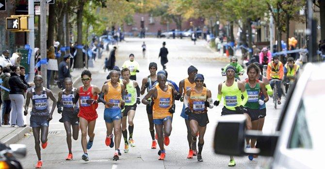 Keniano gana en New York y es el rey del Maratón