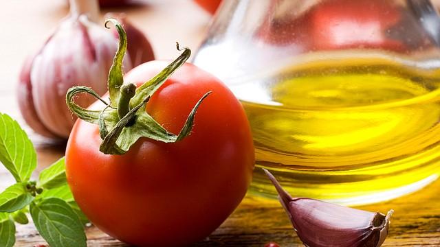 Tomate y aceite de oliva: El combo perfecto para pastas y pizzas nutren tu pelo al máximo y ayuda con el frizz. Tan sólo tienes que hacer un puré en el procesador y lo aplicas en tu cabello por al menos una hora.